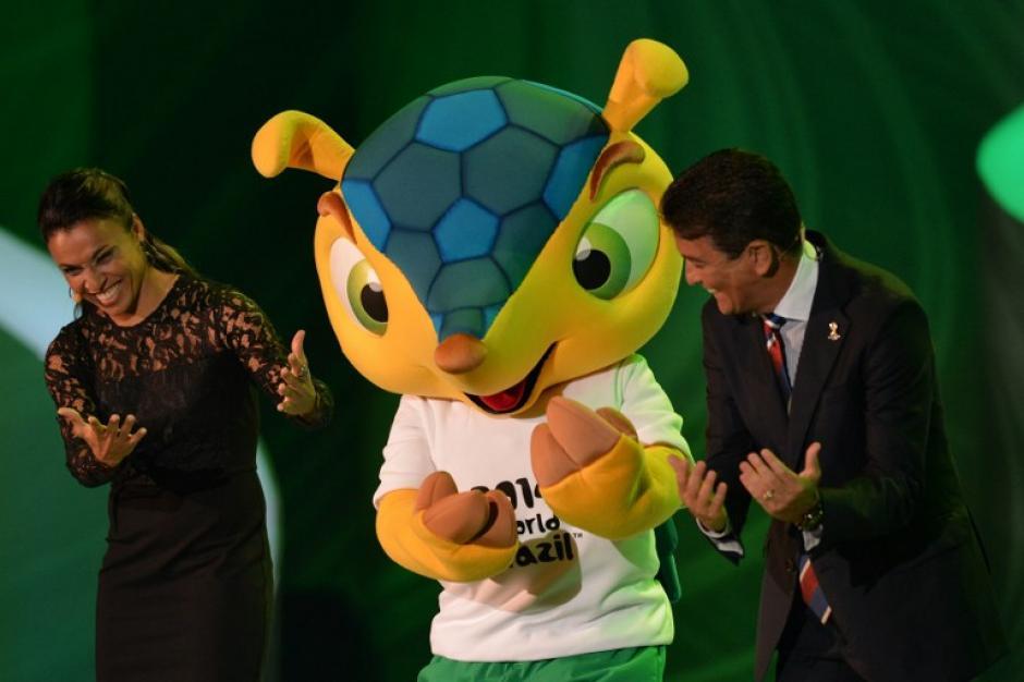 Fuleco, recibiendo los aplausos del público que asistió al sorteo del Mundial de Fútbol Brasil 2014. El evento se llevó a cabo en Costa do Sauipe, Bahía, Brasil. Foto AFP