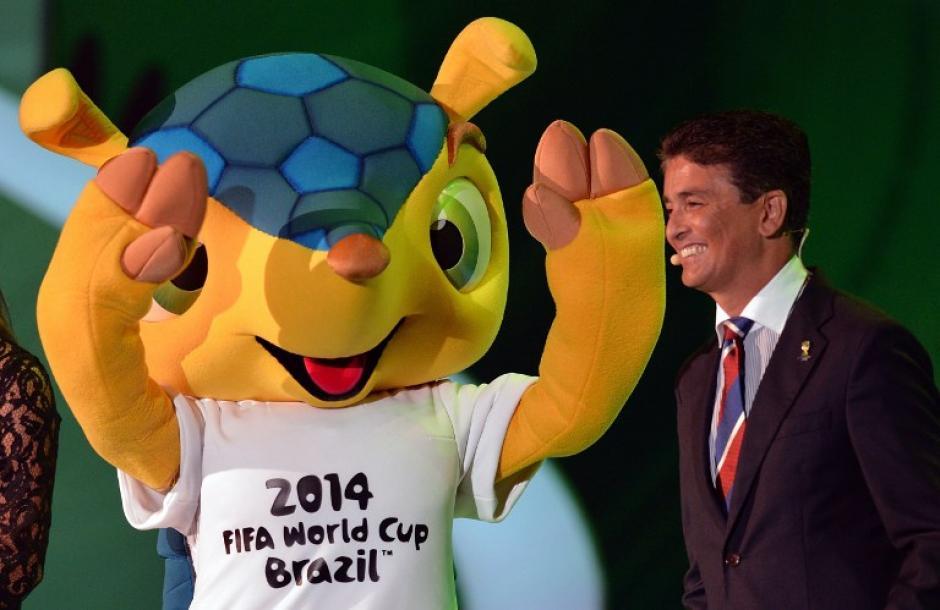 Bebeto exseleccionado brasileño con Fuleco, al finalizar su presentación. Foto AFP