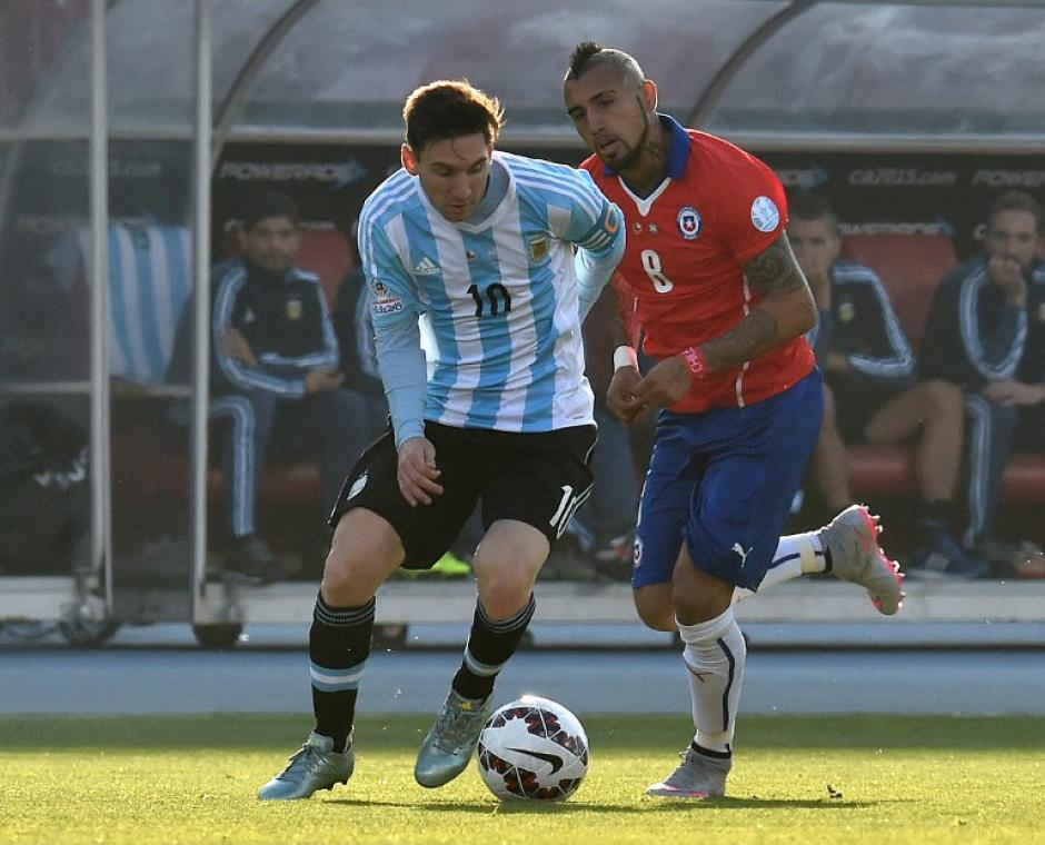 Las dos grandes figuras de las Selecciones finalistas, Arturo Vidal, de Chile y Messi, de Argentina. (Foto: AFP)
