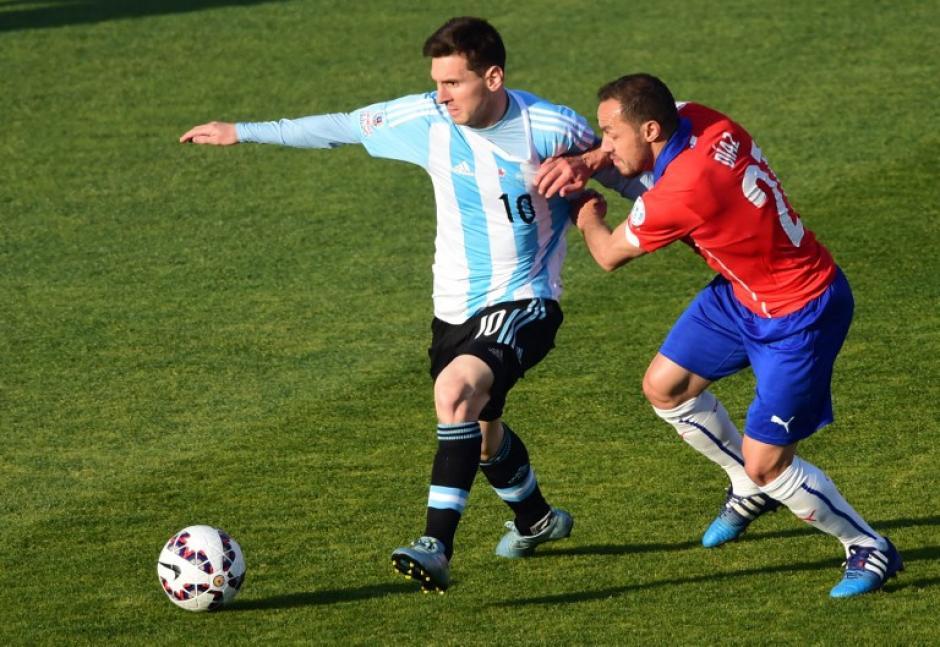 Lionel Messi es marcado por un jugador de Chile, en la gran final de la Copa América 2015. (Foto: AFP)