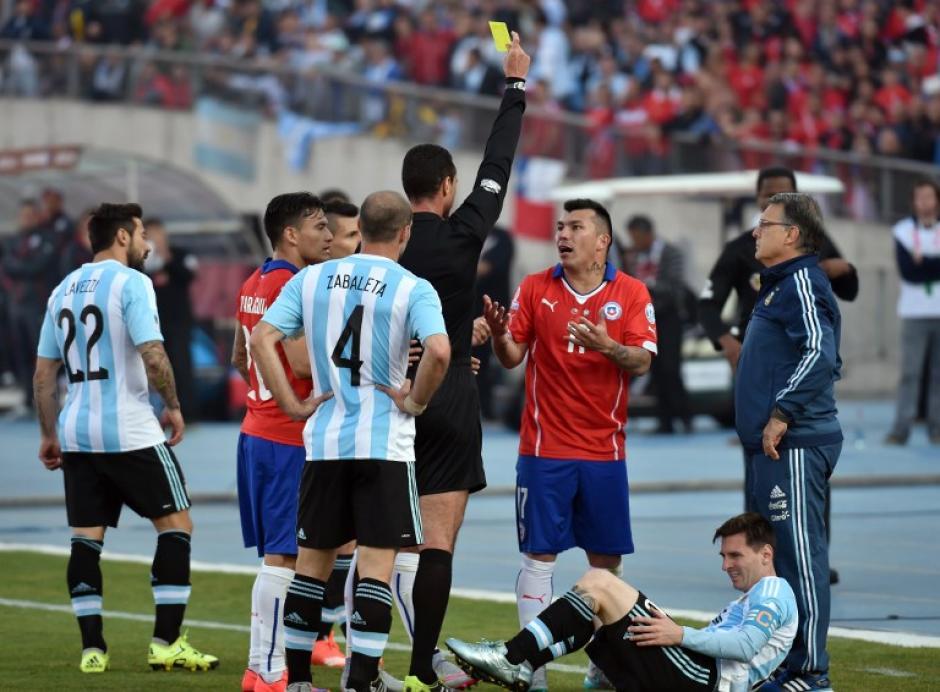 Leo Messi ha sufrido la carga de las faltas de los defensas chilenos en la final de la Copa América. (Foto: AFP)