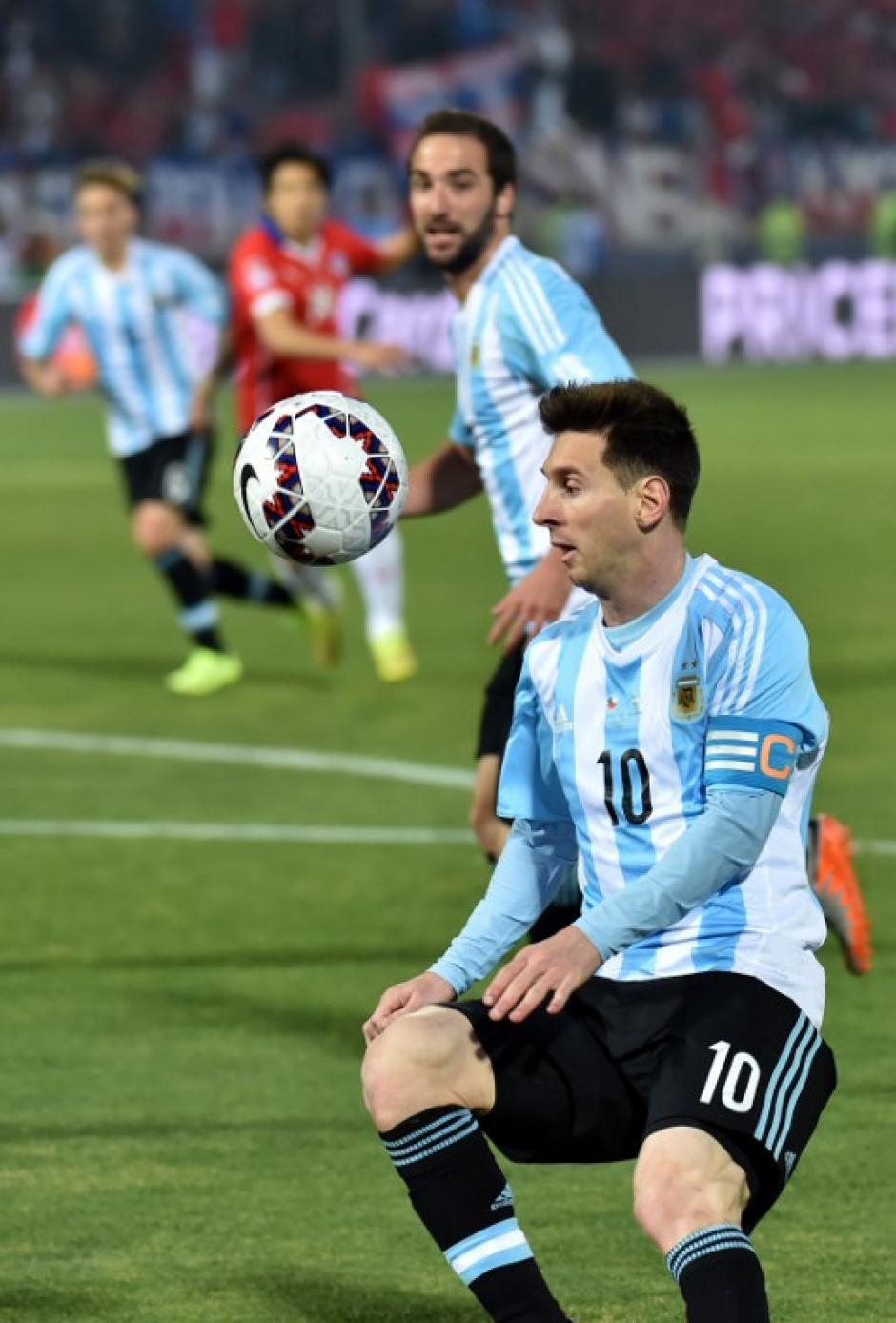 Messi con el balón, al fondo observa Gonzalo Higuaín. (Foto: AFP)