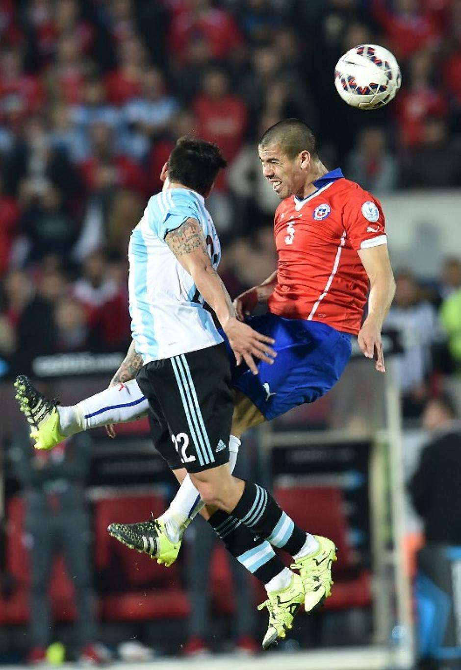 Ezequiel Lavezzi, de Argentina, y Francisco Silva, de Chile, disputan un balón en el aire. (Foto: AFP)