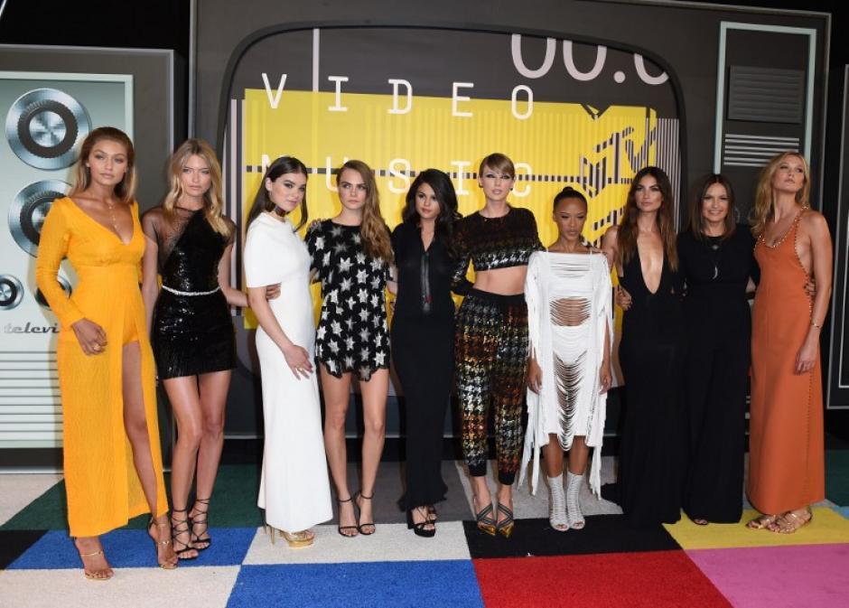 Las modelos Gigi Hadid, Martha Hunt, la actriz Hailee Steinfeld, la modelo Cara Delevingne, la actriz Selena Gómez, la cantante Taylor Swift, la modelo Serayah, la actriz Mariska Hargitay, los modelos Lily Aldridge y Karlie Kloss llega en la alfombra roja de los MTV Video Music Awards 2015. (Foto: AFP/Marcos Ralston)