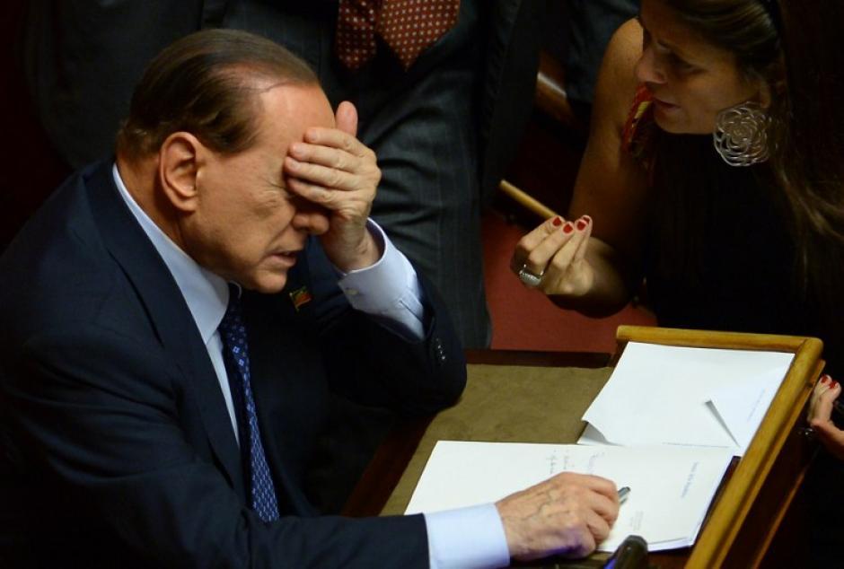 El ex primer ministro y líder de Forza Italia, Silvio Berlusconi hace gestos de angustia el 2 de octubre de 2013 en el Senado en Roma antes de la votación que le brindaría su estancia o retiro de esa instancia en el Parlamento. AFP PHOTO / FILIPPO MONTEFORTE