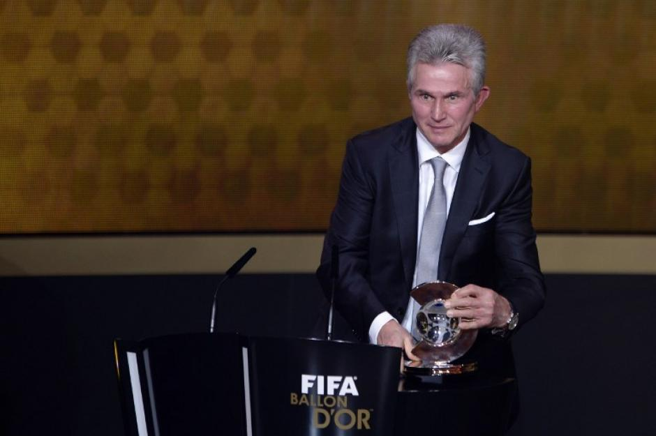 Jupp Heynckes recibe el premio de Entrenador del año de la FIFA, en reconocimiento a sus logros con el Bayern Munich. (Foto: Olivier Morin/AFP)