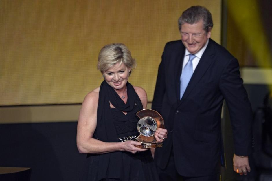 La seleccionadora alemana Silvia Neid recibió el premio a Entrenadora del año 2013 de la FIFA