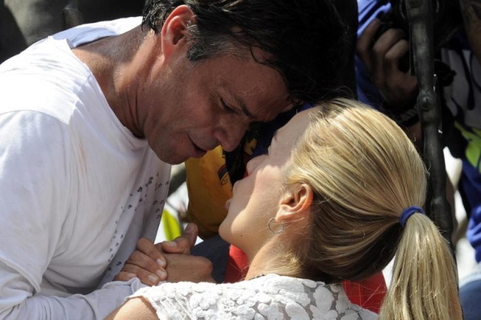 López, que se entregó a la Guardia Nacional por una orden de captura, se despide de su esposa. Foto:AFP