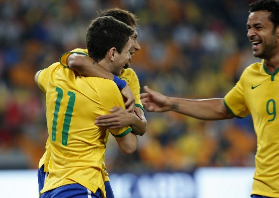 Los jugadores celebran el gol de Óscar, que significó la apertura del marcador en Johannesburgo. Los brasileños se cambiaron uniforme al medio tiempo. (Foto: AFP)