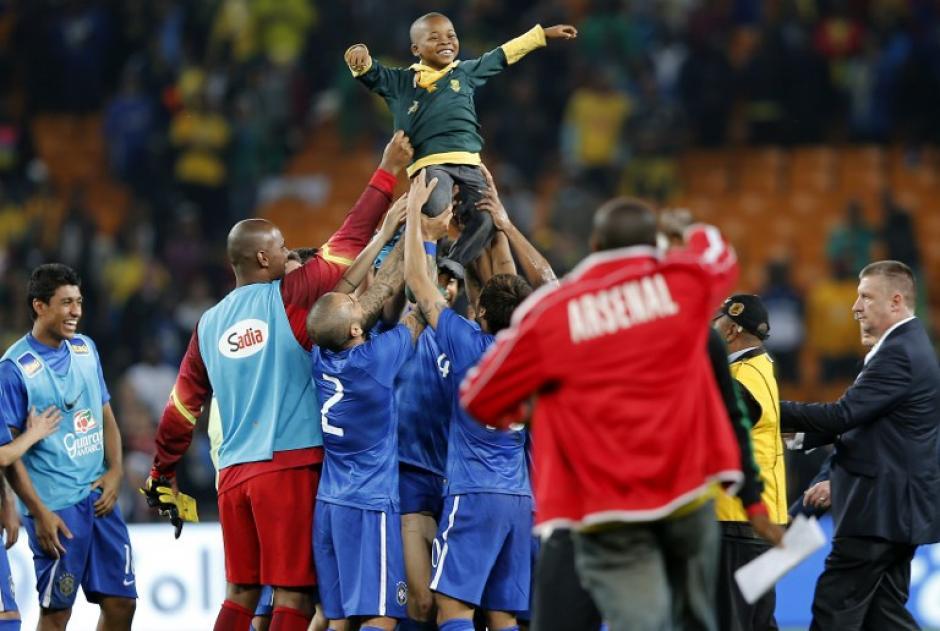 El niño disfrutó de ser cargado por los jugadores brasileños. (Foto: AFP)