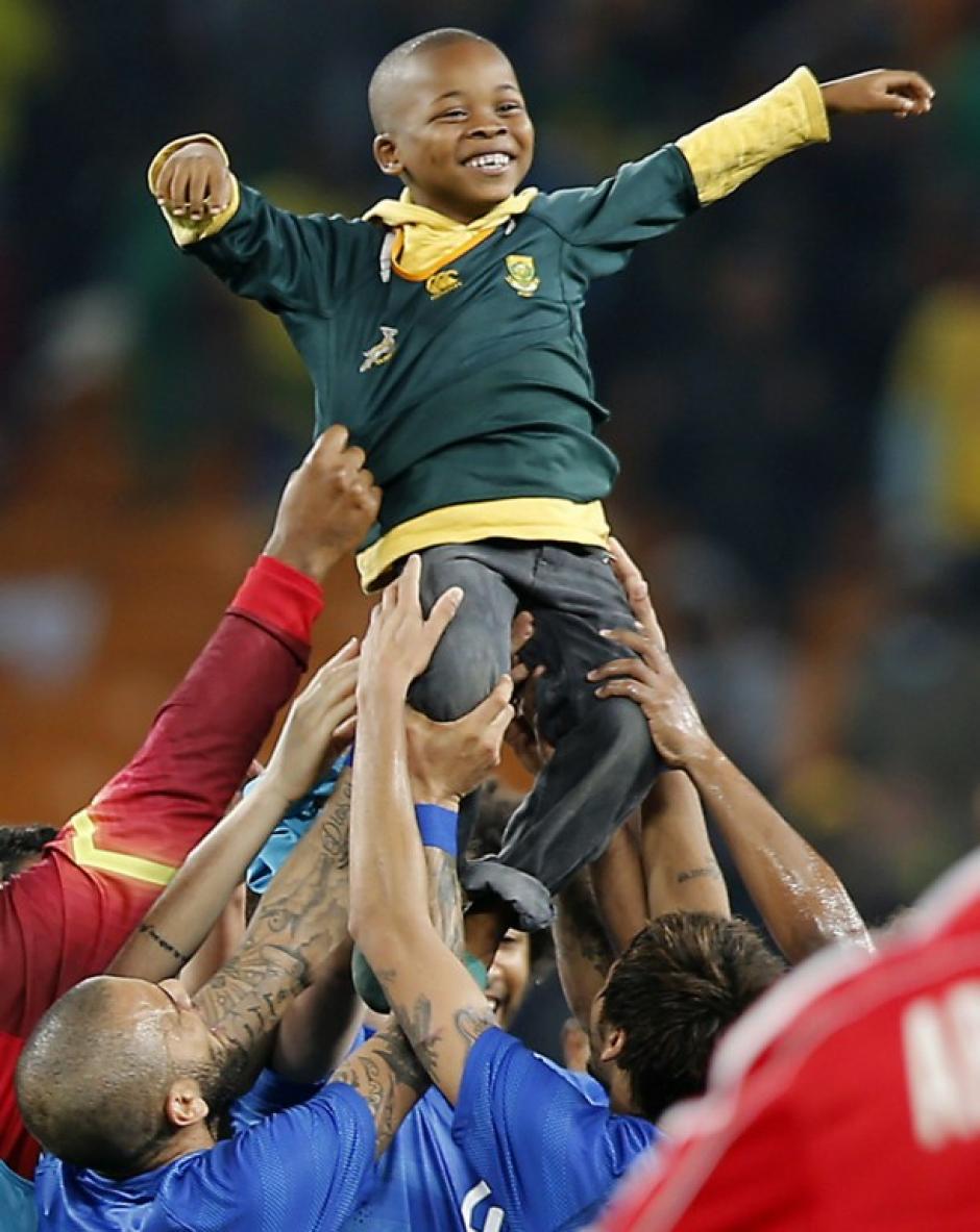 El pequeño no pudo ocultar su felicidad ante la respuesta de los sudamericanos. (Foto: AFP)
