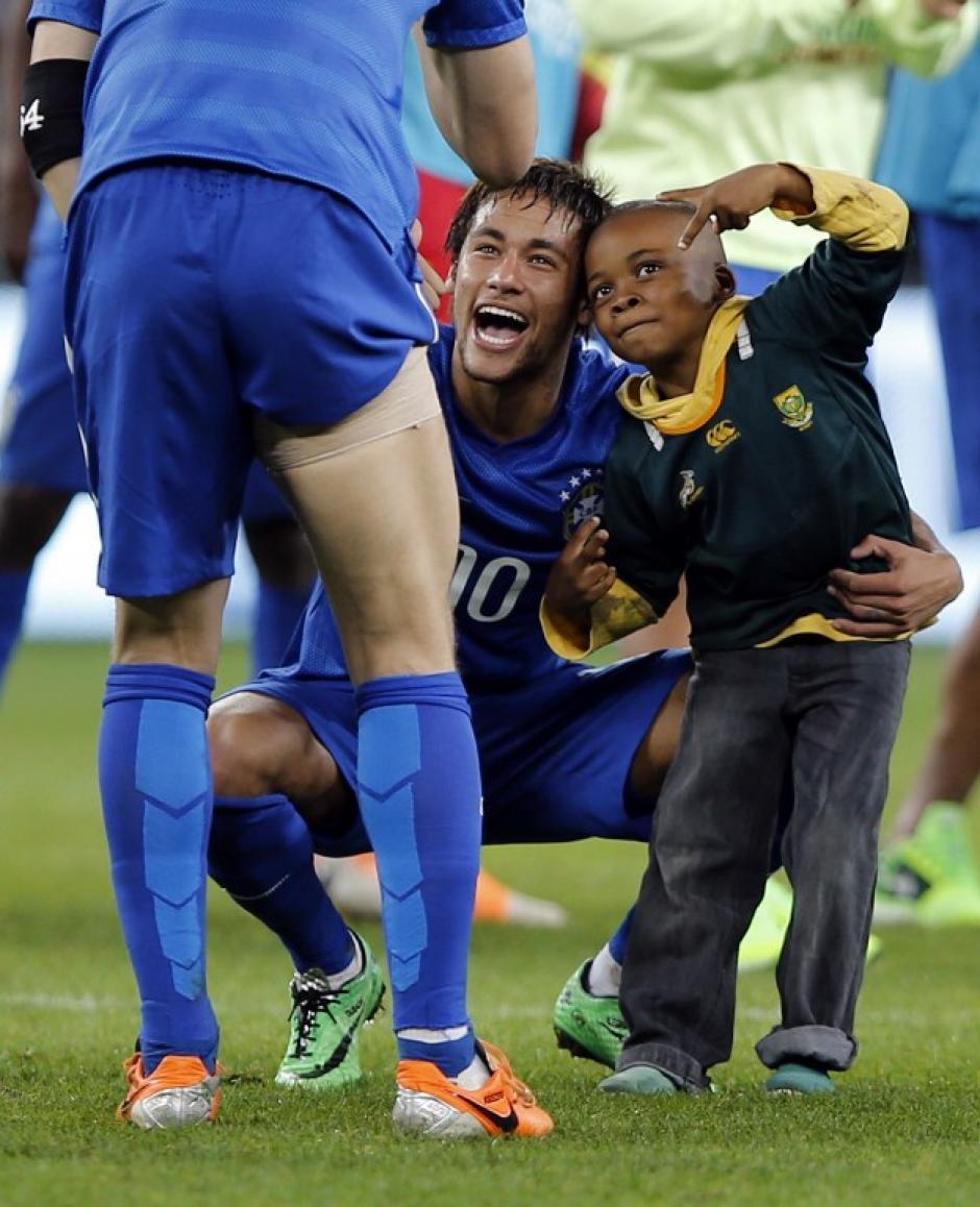 Neymar aprovechó para fotografiarse junto al pequeño. (Foto: AFP)