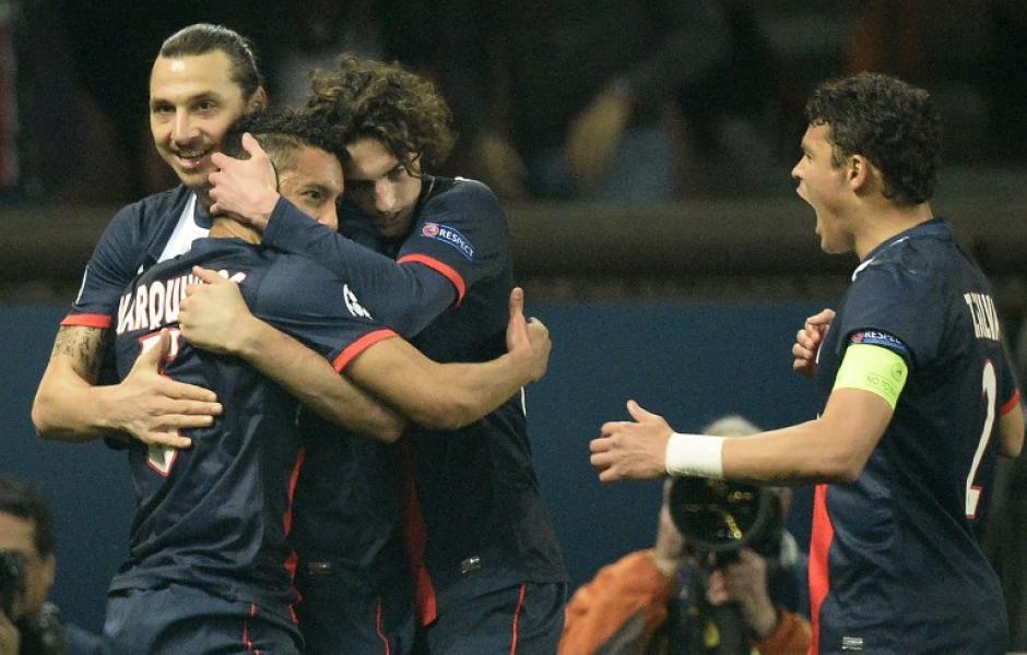 Los jugadores del PSG felicitan a Marquinos, quien empató el marcador ante el Leverkusen