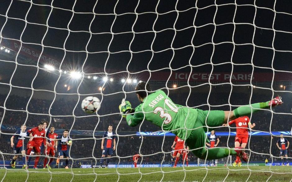 Salvatore Sirigu, del PSG, detuvo un penal durante el juego. (Foto: AFP)