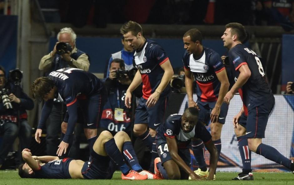 los jugadores parisínos celebran uno de los tantos ante el Chelsea de Mourinho