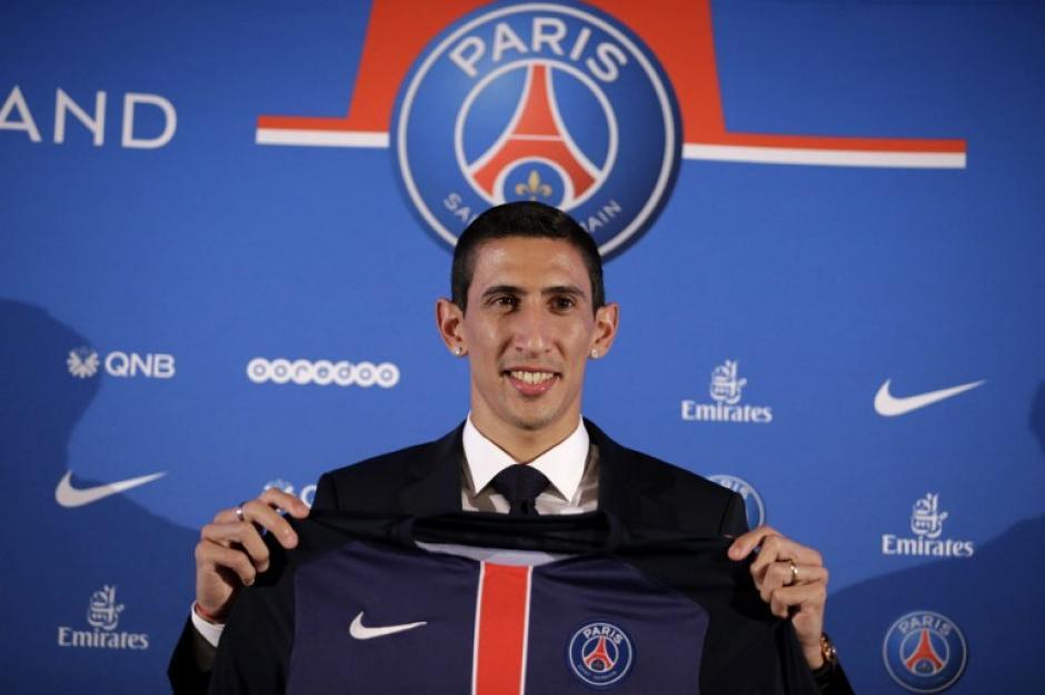 Ángel Di María ya fue presentado oficialmente en la capital francesa como el nuevo refuerzo del París Saint Germain. (Foto: AFP)