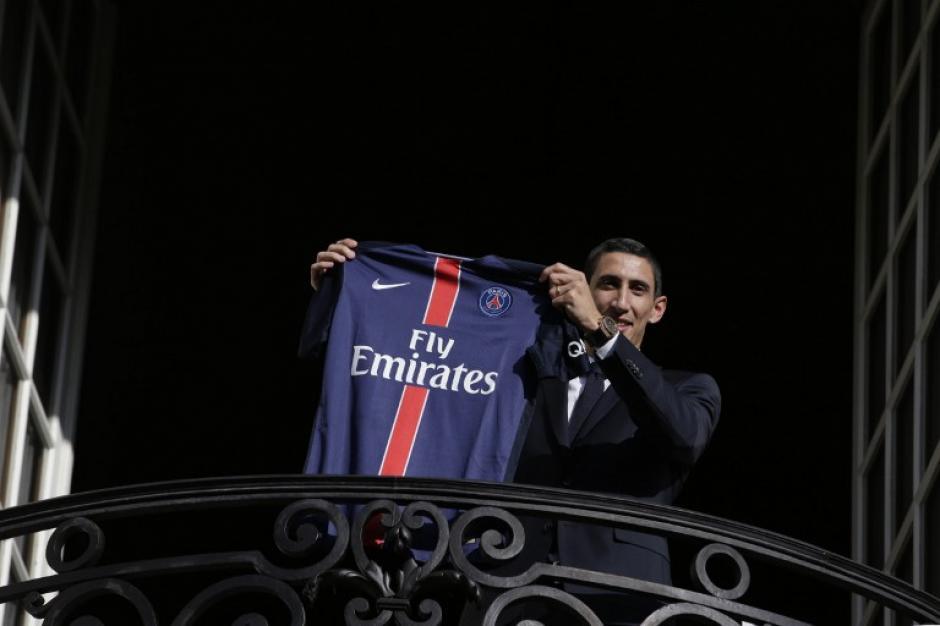 Ángel Di María alzó orgulloso la camisola del PSG en París, Francia. (Foto: AFP)