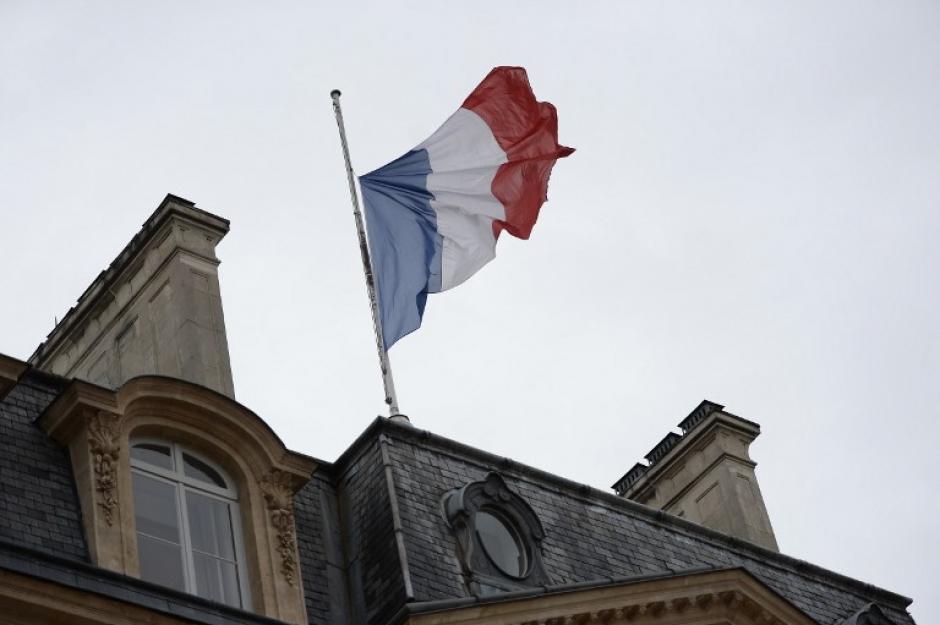 La bandera luce a media asta. El Gobierno de Francia decretó tres días de duelo nacional por las víctimas de los ataques terroristas. (Foto: AFP)
