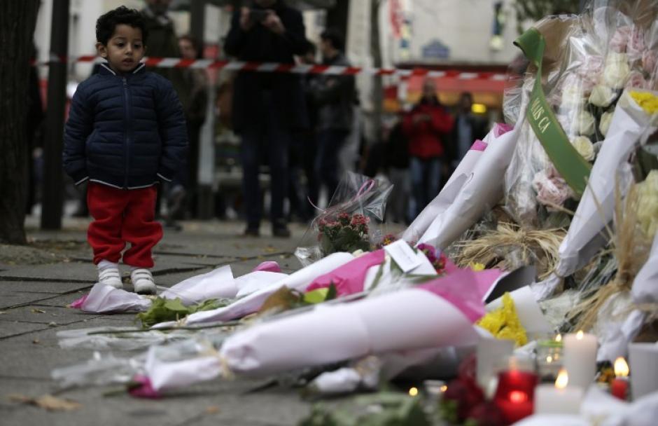 En la escena, donde quedaron más de 120 personas fallecidas, se colocaron flores y veladoras. (Foto: AFP)