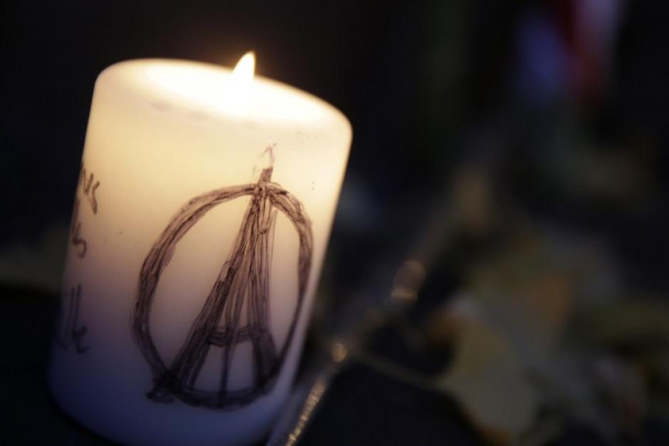 La solidaridad mundial expresada en el símbol de paz y amor hacia Francia. (Foto: AFP)