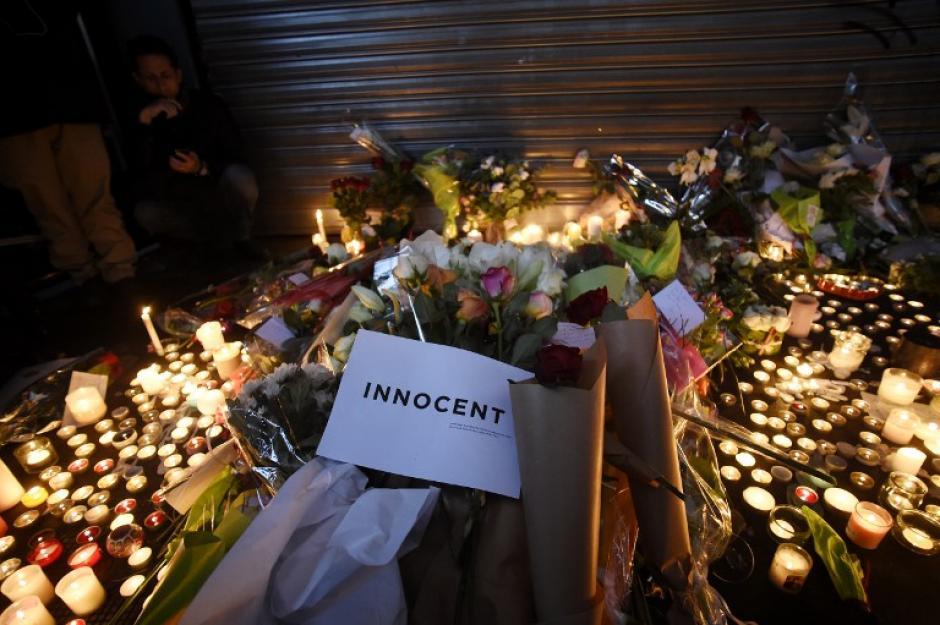 Flores y luces en memoria de las víctimas de los atentados terroristas en Francia. (Foto: AFP)
