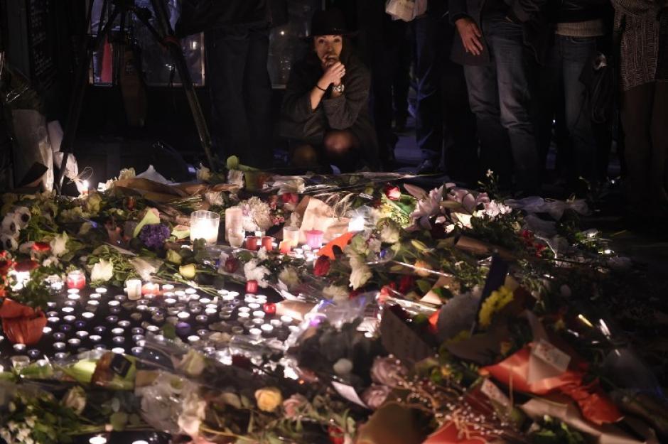 Miles de velas y flores han sido depositadas en memoria de las víctimas del trágico viernes 13 de noviembre. (Foto: AFP)