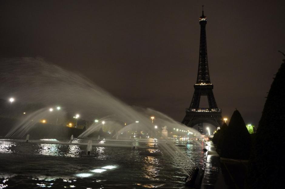 La Torre Eiffel permanece apagada y a oscuras, en señal de duelo. (Foto: AFP)