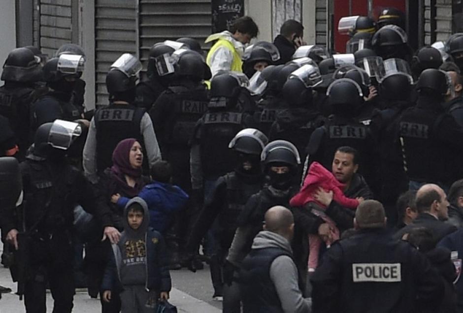 Habitantes de Saint Denis son evacuados de un perímetro de seguridad establecido en el suburbio norte de París. Las autoridades realizaron allanamientos en búsqueda de los autores de los atentados del pasado viernes 13. (Foto: AFP)