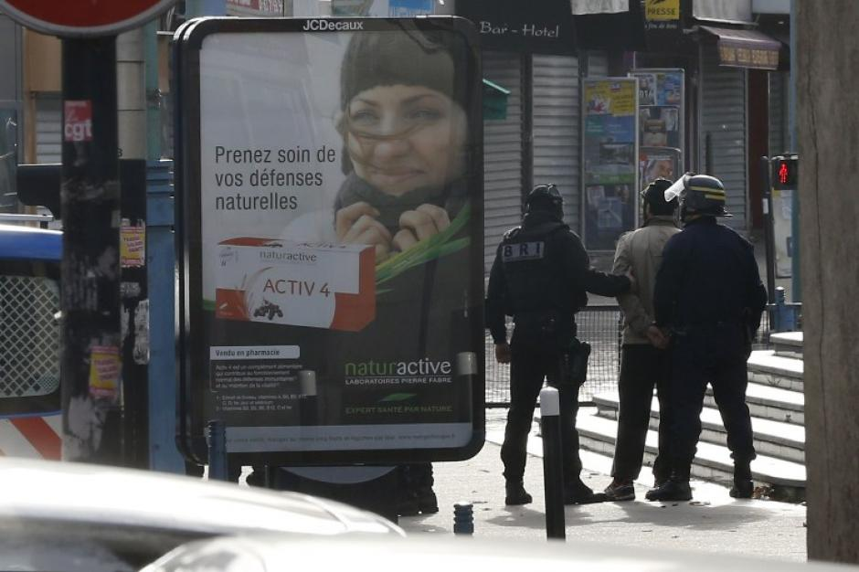 Un hombre fue capturado por la policía en el suburbio norte de París, en el centro de Saint Denis. Las autoridades buscaban a los responsables de los atentados del pasado viernes. (Foto: AFP)