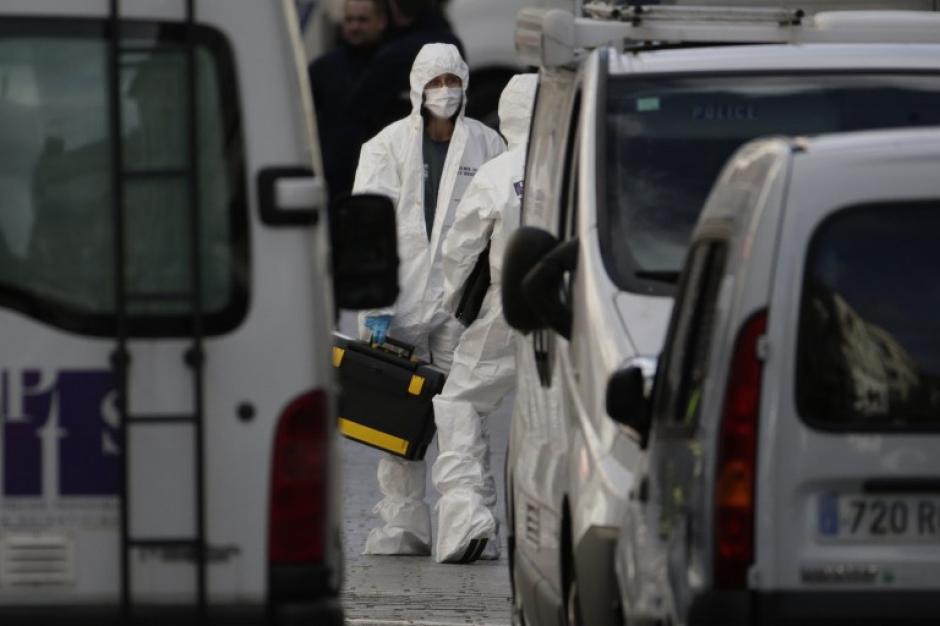 Los forenses de la policía francesa trabajan en el lugar en el que ocurrió un tiroteo en el barrio parisino de Saint Denis. (Foto: AFP)