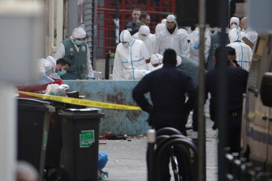 Forenses de la policía francesa trabajan en el lugar en el que ocurrió un tiroteo cuando intentaban capturar a supuestos responsables de los ataques ocurridos en París, el pasado viernes. (Foto: AFP)