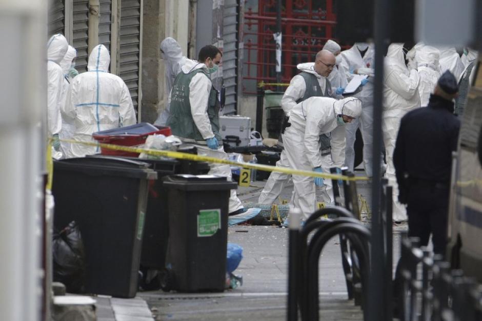 Forenses recaban evidencias en el lugar en el que ocurrió un tiroteo, cuando las autoridades buscaban a los supuestos responsables de los atentados ocurridos en París. (Foto: AFP)