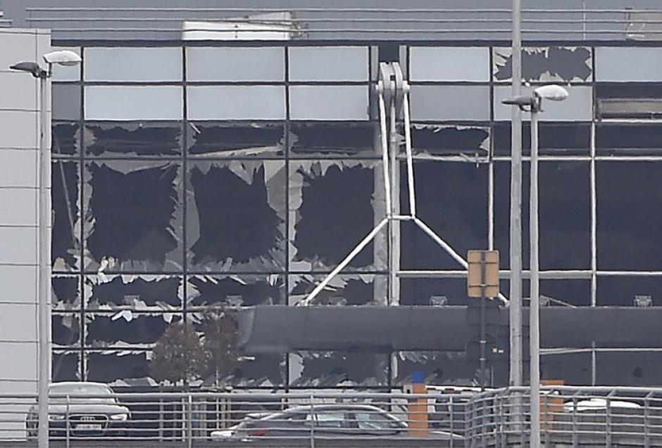 Vidrios rotos en el aeropuerto de Bruselas, tras la explosión de una bomba. (Foto: AFP)