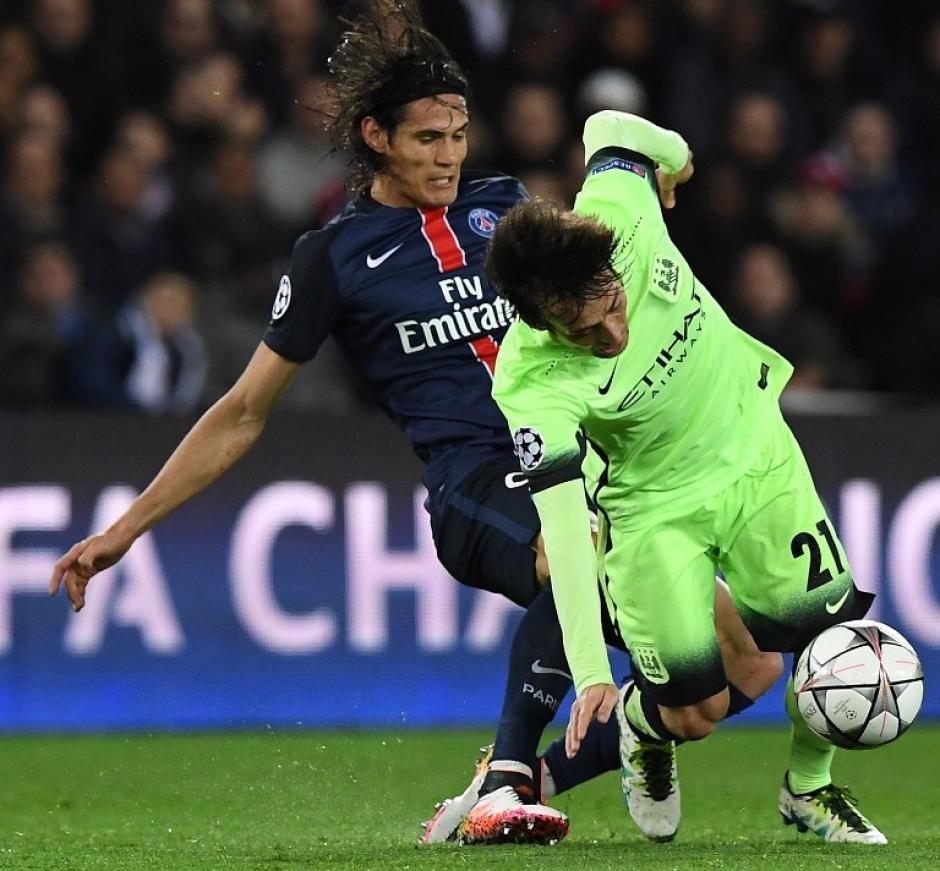 Cavani batalló contra los defensas del Manchester City. (Foto: AFP)