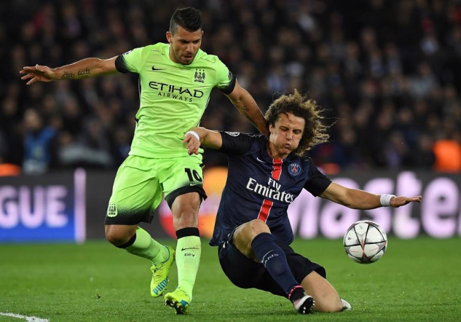 """David Luiz se anticipa a Sergio el """"Kun"""" Agüero, durante el partido entre PSG y el City. (Foto: AFP)"""