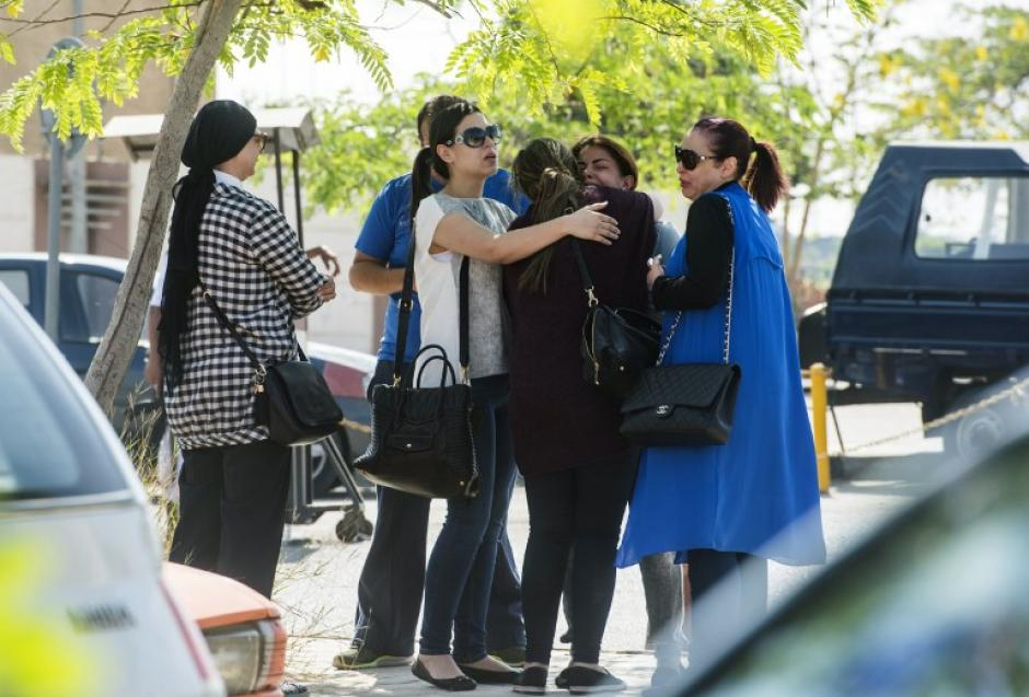 La angustia se apoderó de los familiares del avión que está desaparecido. (Foto: AFP)