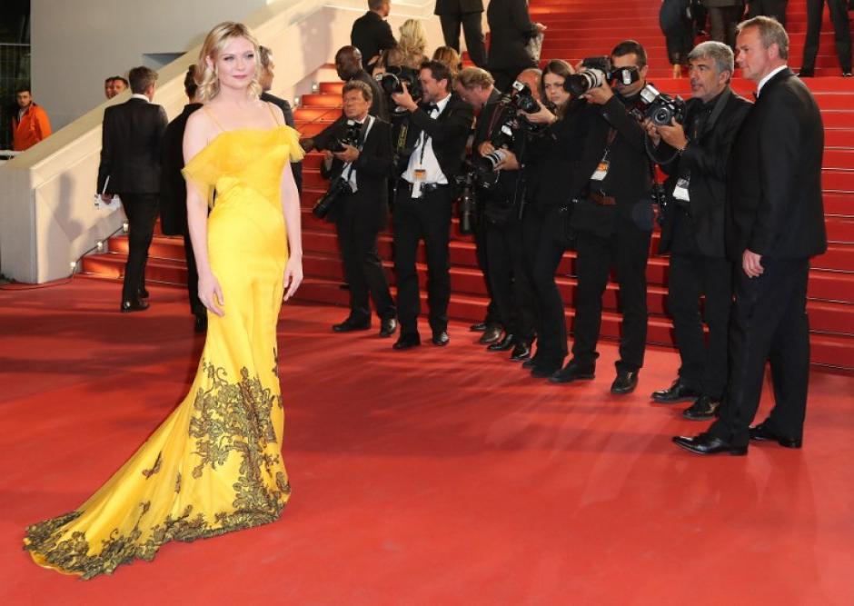 Kirsten Dunst deslumbró la alfombra roja con su elegante vestido. (Foto: AFP)