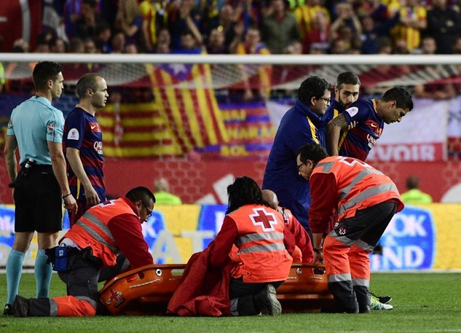 Suárez tuvo que ser asistido para salir del campo durante la final de la Copa del Rey. (Foto: AFP)
