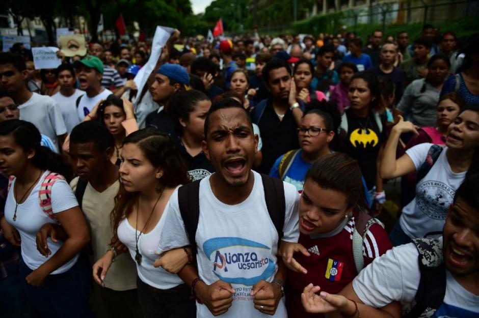 Cientos de estudiantes y profesores de universidades públicas venezolanas protestaron en Caracas. (Foto: AFP)