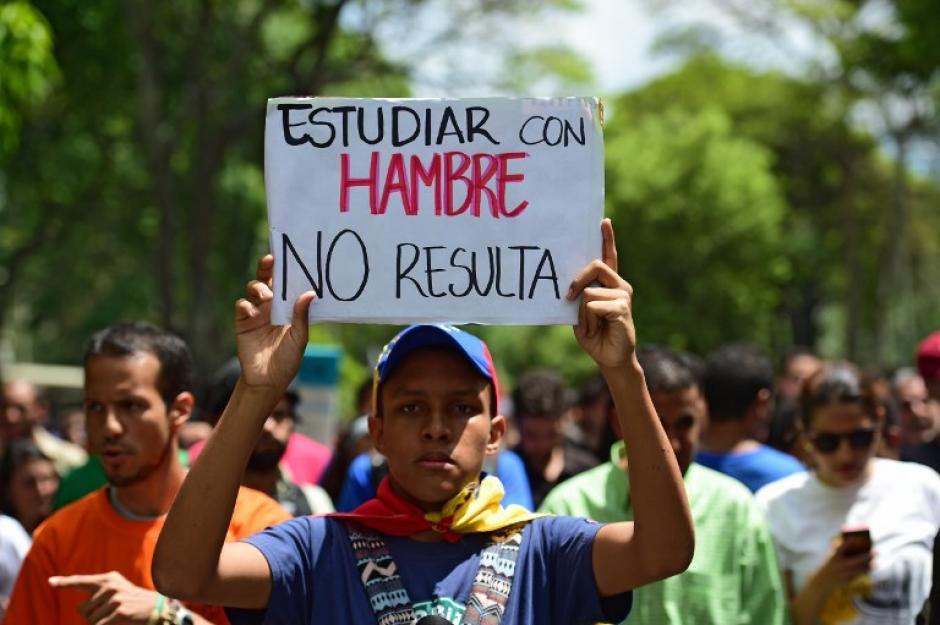 Los manifestantes portaron carteles durante la protesta contra el gobierno de Nicolás Maduro. (Foto: AFP)