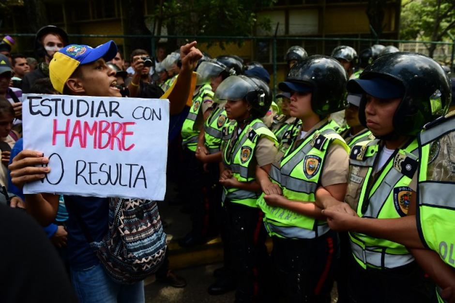 Un manifestante frente a la policía en Venezuela durante una protesta contra Nicolás Maduro. (Foto: AFP)