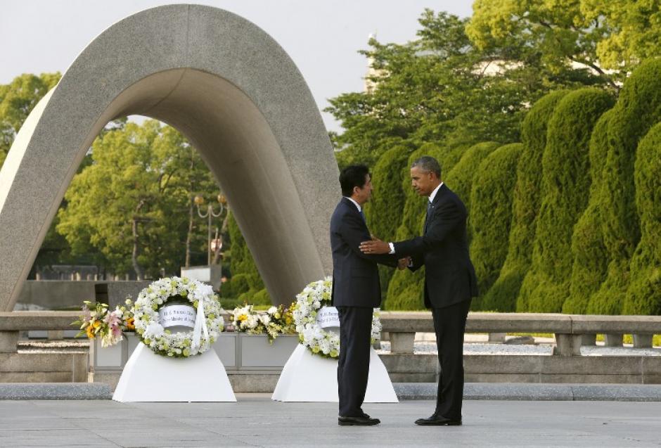 Durante toda su visita, Obama estuvo acompañado del primer ministro nipón Shinzo Abe. (Foto: AFP)