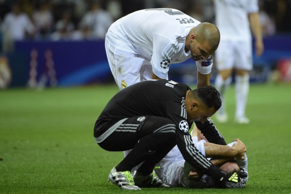 Navas y Pepe se acercan a Carbajal quien tuvo que salir lesionado de la final. (Foto: AFP)