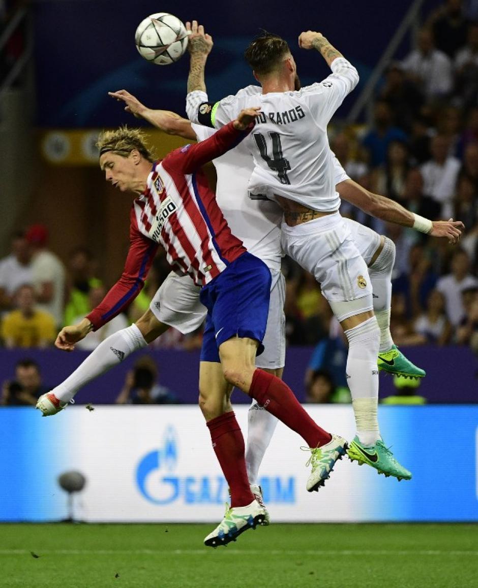 Rivalidad durante todo el partido. Sergio Ramos y Fernando Torres, al final hubo abrazo. (Foto: AFP)