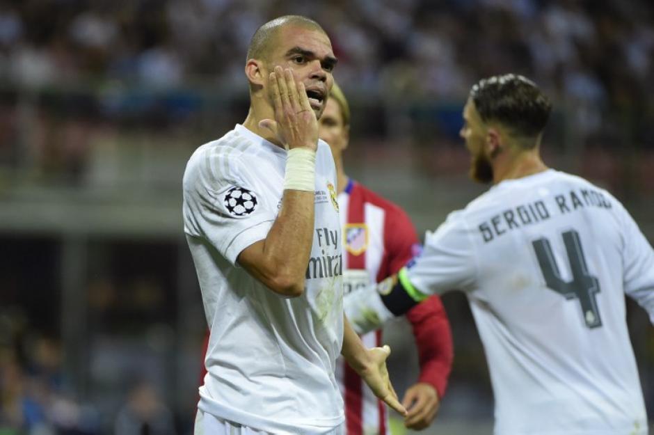 Pepe trató de engañar al árbitro con faltas que no le cometieron en el terreno de juego. (Foto: AFP)