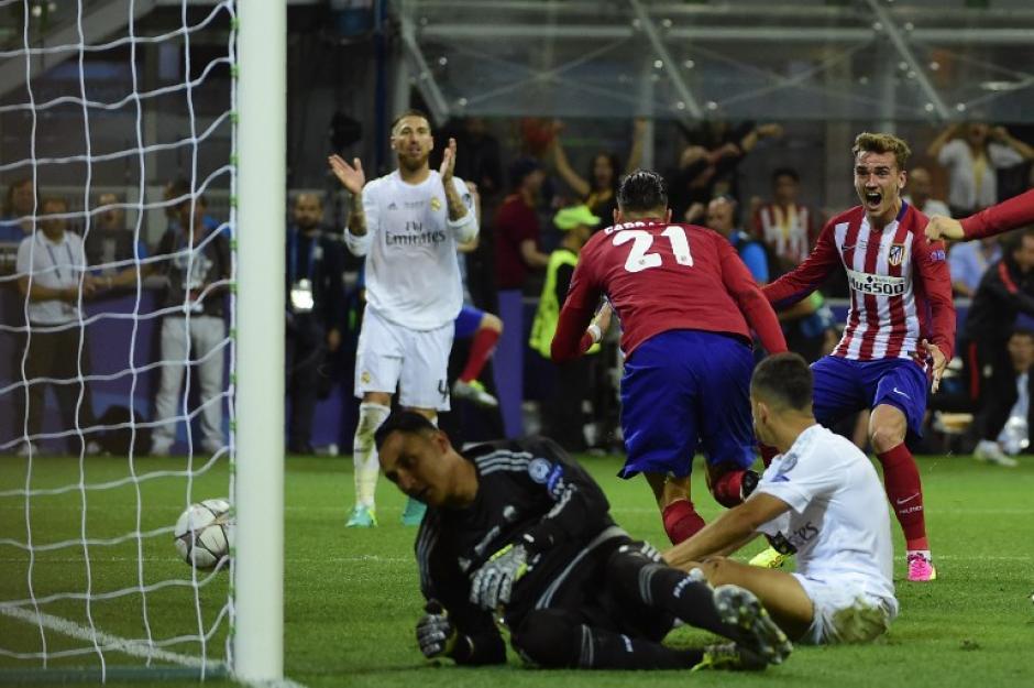 Keylor Navas y la defensa merengue no pudieron evitar el remate de Carrasco. (Foto: AFP)