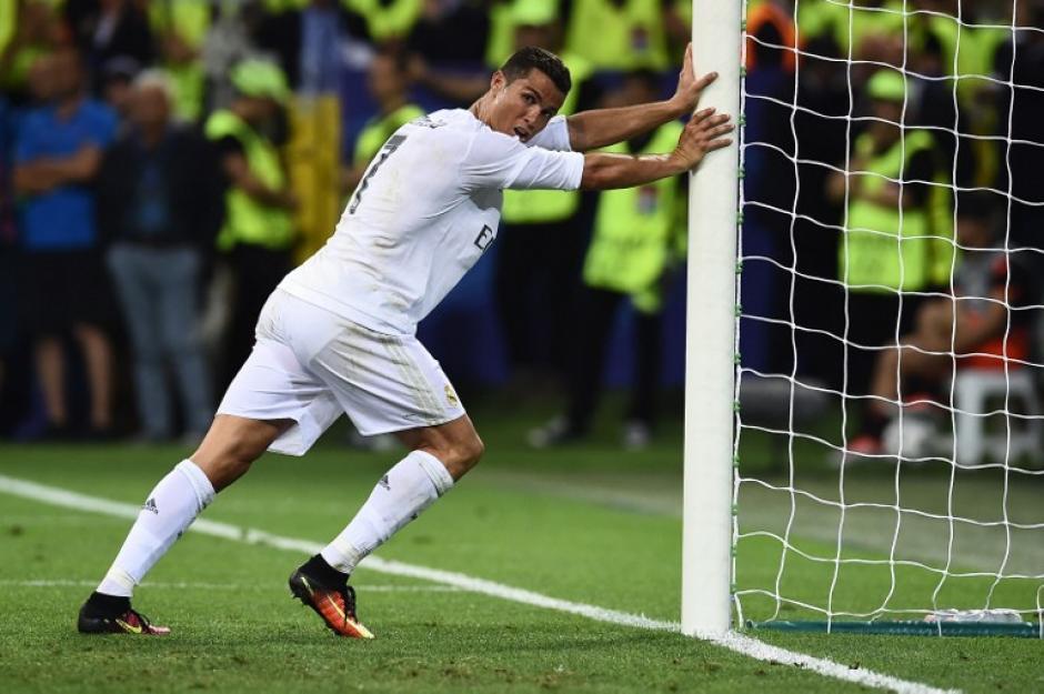 En la parte final del juego, Cristiano aprovechó una pausa en el juego para estirar los músculos y evitar los calambres. (Foto: AFP)