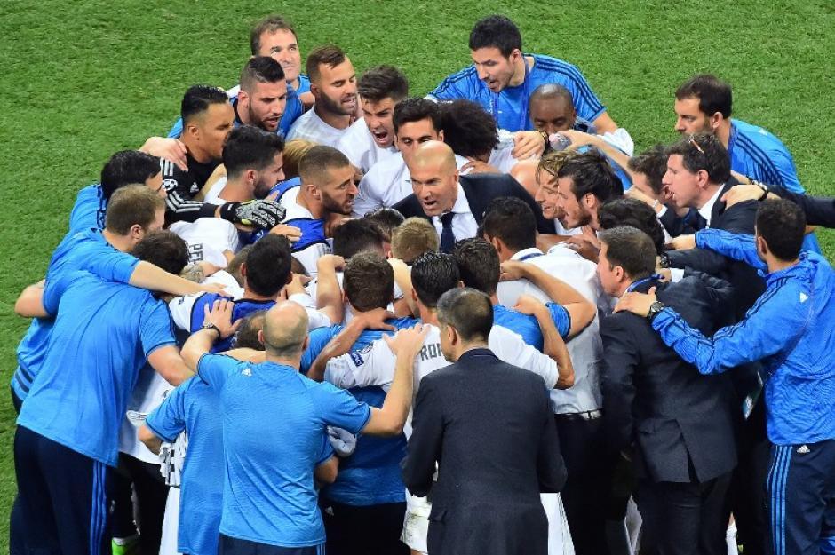 Al final del juego, Zidane se reunió con sus jugadores tras conseguir la undécima copa de Europa. (Foto: AFP)