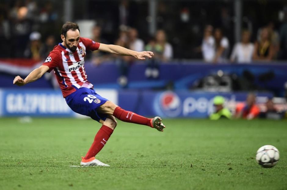 De esta manera fue que el jugador del Atlético hizo su disparo para intentar vencer al portero Keylor Navas. (Foto: AFP)