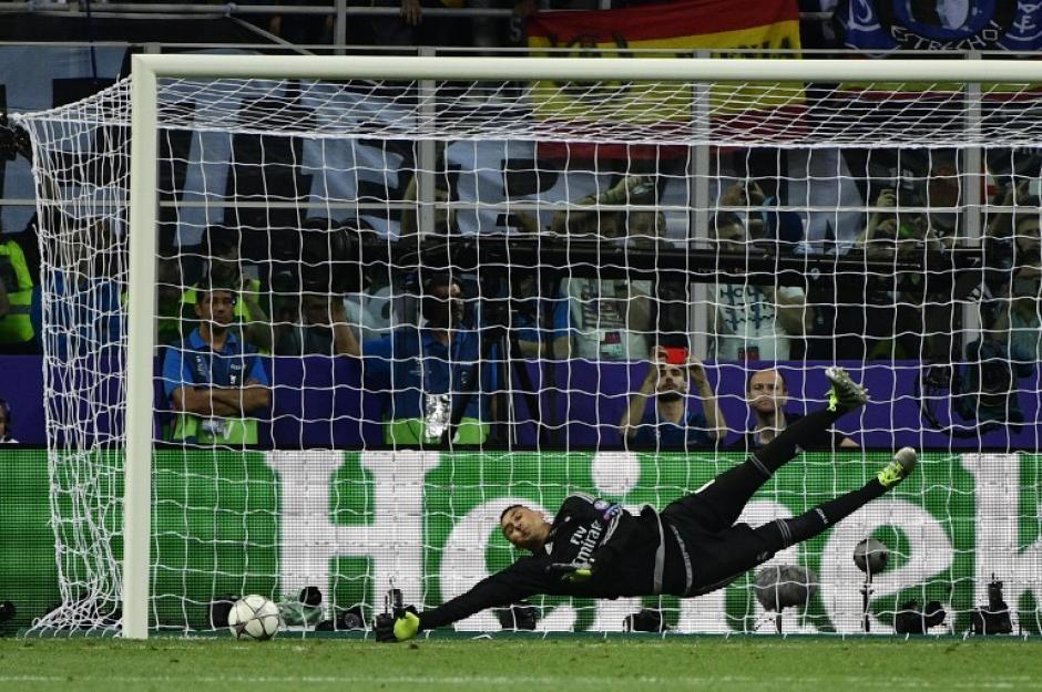 Aunque Navas adivinó la trayectoria del penal de Juanfran, tuvo mucha suerte para que el balón chocara con el poste. (Foto: AFP)